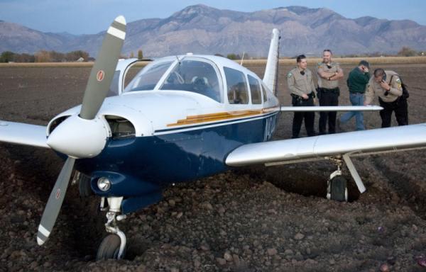 Посадка легкого самолета в поле