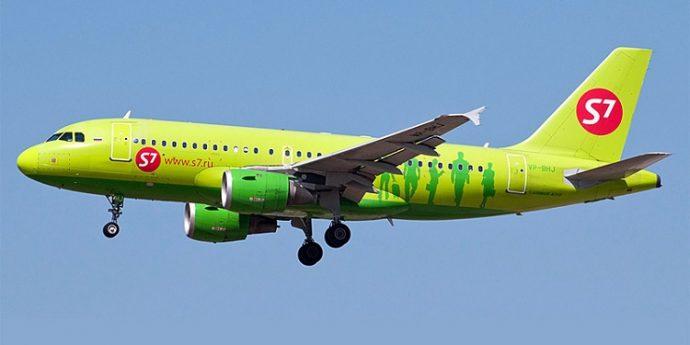 Заклеили скотчем: поломка самолета с детьми на рейсе Катания — Москва