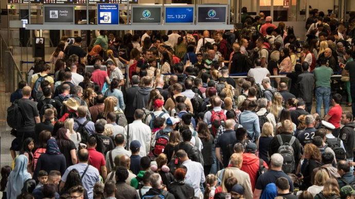 Аэропорт Франкфурта не справляется с праздничным пассажиропотоком