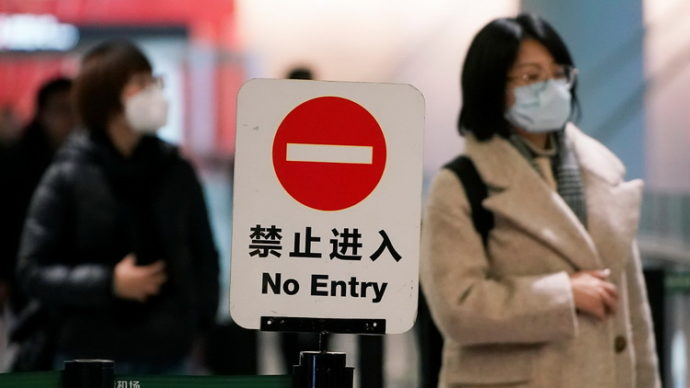Китай запретил туристам покидать страну